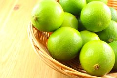 Ny limefrukt bär frukt i en korg arkivfoton