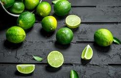 Ny limefrukt i hinken arkivbild