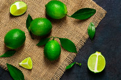 Ny limefrukt med sidor på juteservett Fotografering för Bildbyråer
