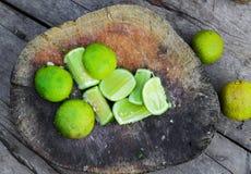 Ny limefrukt skivar förberett för att laga mat royaltyfri bild
