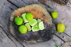 Ny limefrukt skivar förberett för att laga mat arkivfoto