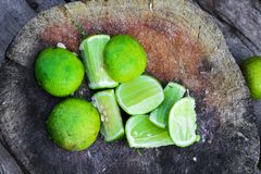 Ny limefrukt skivar förberett för att laga mat arkivbilder