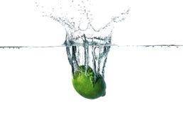 Ny limefrukt som faller in i vatten Royaltyfri Foto