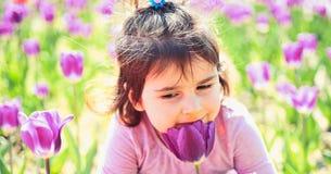 ny livstid Liten flicka i solig vår litet barn naturlig skönhet Barns dag framsida och skincare allergiblommor till arkivfoto