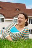 ny lycklig home lawn för främre flicka arkivbild