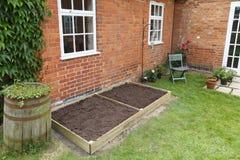 Ny lyftt säng i trädgård royaltyfria foton