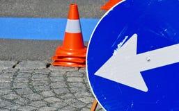 Ny målad blålinjen för kortfristig parkeringszon Arkivbild