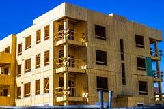 Ny mång- berättelsehyreshus under konstruktion Arkivfoto