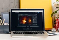 Ny MacBook Pro näthinna med handlagstången Arkivfoton