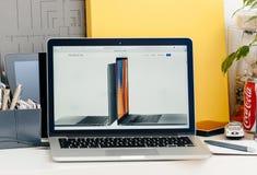 Ny MacBook Pro näthinna med handlagstången Royaltyfri Bild