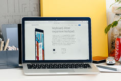 Ny MacBook Pro näthinna med handlagstången med det ny tangentbordet och trac royaltyfri bild