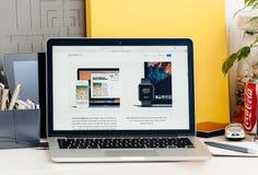 Ny MacBook Pro näthinna med klockan och universalen för handlagstångäpple Arkivbilder