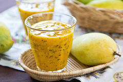 Mango med passionfruktsmoothien Arkivbilder