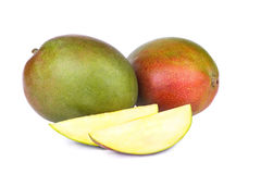 Ny mangofrukt som isoleras på vit bakgrund Arkivbild