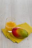 Ny mangofruktsaft Royaltyfri Fotografi
