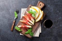 Ny melon med prosciuttoen och basilika Fotografering för Bildbyråer