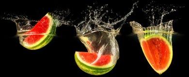 Ny melon som faller i vatten Royaltyfria Foton