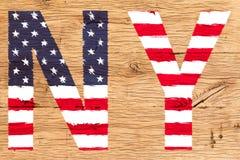 NY met patroon van het oude eiken hout dat van vlagverenigde staten wordt geschilderd stock foto's