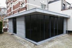 Ny modern förlängning av ett hus arkivfoto