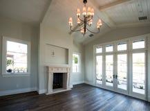 Ny modern hem- bostads- vardagsrum fotografering för bildbyråer