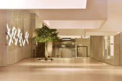 Ny modern kommersiell utrymmemässhall Royaltyfri Bild