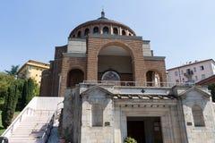Ny modern kyrka framifrån #5 Arkivbilder