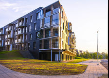 Ny modern lägenhetskomplex i Vilnius, Litauen, europeiskt byggnadskomplex för modern låg löneförhöjning med utomhus- lättheter arkivfoton