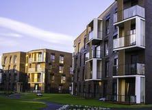 Ny modern lägenhetskomplex i Vilnius, Litauen, europeiskt byggnadskomplex för modern låg löneförhöjning med utomhus- lättheter royaltyfria foton