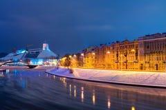 Ny modern lägenhetskomplex i Vilnius, Litauen, europeiskt hyreshuskomplex för modern låg löneförhöjning med utomhus- lättheter W arkivbild