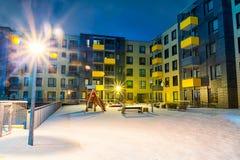 Ny modern lägenhetskomplex i Vilnius, Litauen, europeiskt hyreshuskomplex för modern låg löneförhöjning med utomhus- lättheter W royaltyfri fotografi