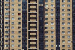 Ny modern tegelstenbyggnad med balkonger och Windows arkivfoto