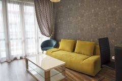 Ny modern vardagsrum Gul soffa n arkivfoton