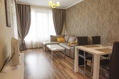 Ny modern vardagsrum home nytt Inre fotografi floor tr? ?ta middag tabellen med upps?ttningen av stolar Soffa n royaltyfri fotografi