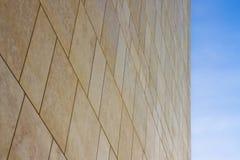 Ny modern ventilerad stenvägg som göras med olika kvarter av rektangulär form med breda skarvar royaltyfri fotografi