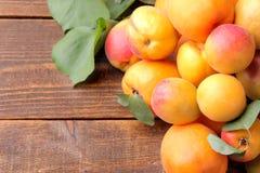 ny mogen aprikos på en brun träbakgrund med ett ställe för inskrift Royaltyfria Foton