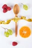 Ny mogen frukter och gaffel med cm på vit bakgrund Arkivbild