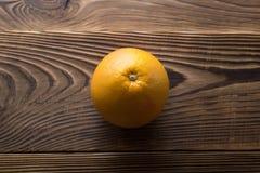 Ny mogen grapefrukt över träbakgrund Fotografering för Bildbyråer