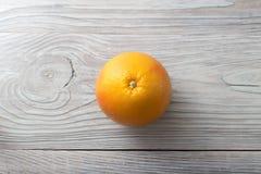 Ny mogen grapefrukt över träbakgrund Arkivbild