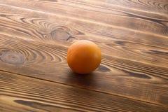 Ny mogen grapefrukt över träbakgrund Arkivfoto