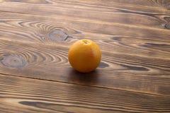 Ny mogen grapefrukt över träbakgrund Arkivfoton