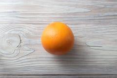 Ny mogen grapefrukt över träbakgrund Royaltyfri Foto