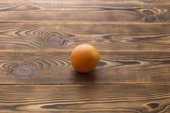 Ny mogen grapefrukt över träbakgrund Royaltyfria Foton