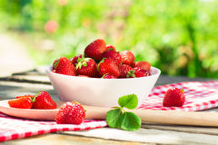 Ny mogen perfekt jordgubbe i träbakgrund Royaltyfri Foto