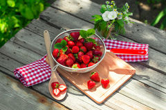 Ny mogen perfekt jordgubbe i träbakgrund Royaltyfri Bild