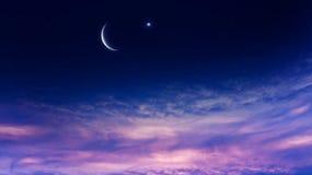 ny moon B?ntid Gener?s Ramadan Mubarak bakgrund En nedg?ng eller stigning med moln arkivbild