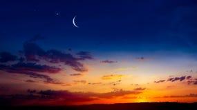 ny moon B?ntid Gener?s Ramadan Mubarak bakgrund En nedg?ng eller stigning med moln fotografering för bildbyråer