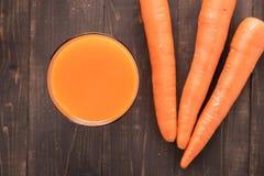 Ny morotfruktsaft för bästa skott på träbakgrund Royaltyfria Foton