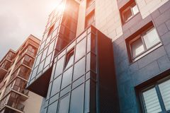Ny multi-storey bostadsbyggnad Samtida arkitektur arkivbilder