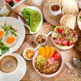 Ny mysli för sund frukost med yoghurt och bär på träbakgrund arkivfoton