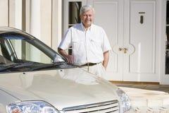 ny nästa pensionär för bilman som plattforer till Arkivbilder